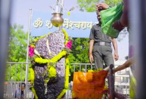 村人が崇拝しているヒンドゥー教のシャニ神-
