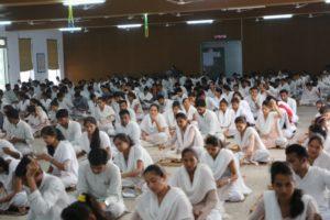 Gujarat Vidyapithの学生による瞑想とカディの糸を紡ぐ時間