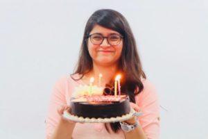 ケーキを持つDiksha