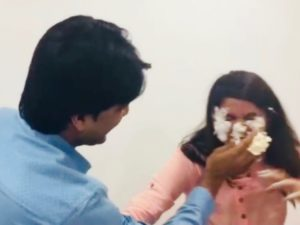 DikshaにケーキをつけるVarun